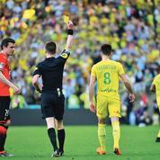L'arbitre masqué qui déballe les dessous du football français