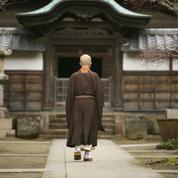 Après un burn-out, un moine attaque son employeur