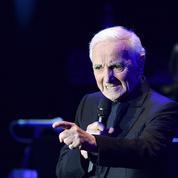 Charles Aznavour, le bras toujours en écharpe, reviendra finalement sur scène le 30 juin