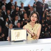 Le réalisateur iranien Jafar Panahi reçoit son trophée à l'aéroport de Téhéran