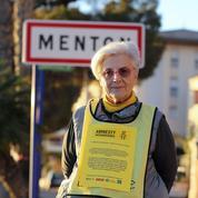 Une militante d'Amnesty international jugée pour avoir aidé deux migrants