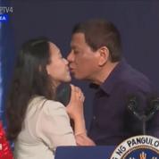 En plein meeting, Rodrigo Duterte embrasse une inconnue sur les lèvres