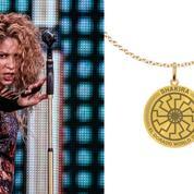 Un collier de Shakira avec un symbole nazi vendu pendant sa tournée