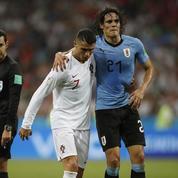 Beau joueur, Ronaldo raccompagne Cavani blessé vers le banc