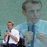 Au Nigeria, Macron parle migration et fait un tour en boîte