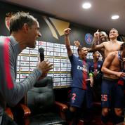 Thomas Tuchel bizuté par les joueurs du PSG en pleine conférence de presse