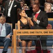Un pasteur s'excuse pour sa main baladeuse sur Ariana Grande