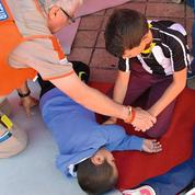 Premiers secours : les bons réflexes à apprendre aux enfants dès leur plus jeune âge