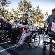 Des handicapés manifestent à Paris pour dénoncer l'inaccessibilité du métro