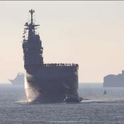 Un hélicoptère tombe sur un bateau de la Marine