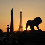 Un nouveau morceau d'escalier de la tour Eiffel vendu aux enchères à Paris