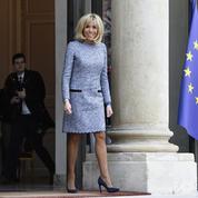 Brigitte Macron rend visite à Marcel Campion sur le marché de Noël de Paris