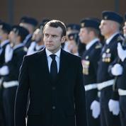 Macron reprend des forces en saluant les armées