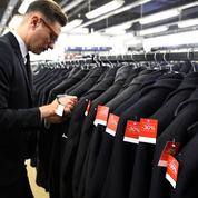 Vêtements invendus: le gouvernement veut imposer des amendes aux marques qui les jettent