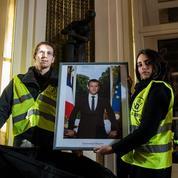 Le portrait de Macron décroché dans des mairies par des militants de la lutte pour le climat