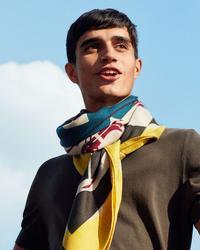 En écharpe, le foulard est un moyen d'égayer son costume au printemps. (Daniel Riera, Éditions Hermès)