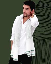 négligemment déposé sur les épaules, le foulard devient alors un simple accessoire de mode.
