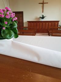 Dans l'église de Saint-Étienne-du-Rouvray, l'autel où célébrait le père Hamel porte encore les stigmates de l'attaque aveugle des deux islamistes. Avant d'égorger le prêtre, ils se sont acharnés à coups de couteau sur le meuble sacré.
