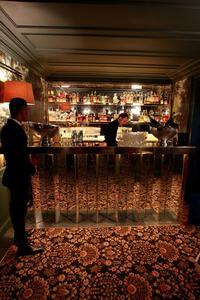 Le tr s particulier un bar la campagne for Miroir restaurant montmartre