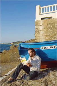 F. Beigbeder sur le port de Guéthary.
