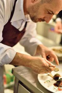 Le chef Hervé Rodriguez compose une assiette au Café Jamin.
