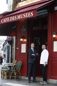 Le patron et le chef posent devant le Café des Musées.