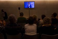 Carles Puigdemont apparaît sur un écran en visioconférence depuis Bruxelles, le 13 décembre à Gérone, en Catalogne