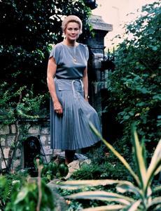 Grace de Monaco posant dans son jardin parisien en juin 1981.