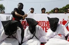 Un groupe de jeunes Bangladais qui protestent contre la décapitation de huit travailleurs bangladais en Arabie saoudite