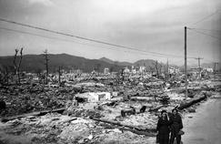 La ville d'Hiroshima est totalement détruite par l'explosion de la bombe atomique larguée par les Américains le 6 août 1945.