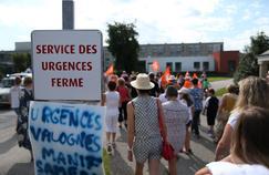 Manifestation contre la fermeture des urgences à Valognes, en août.