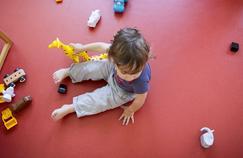 Salaires, cotisations sociales et compléxité d'accès aux aides rendent la garde d'enfants peu abordable en France.