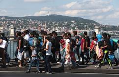 Des réfugiés marchent sur le pont Elisabeth à Budapest, en route vers l'Autriche qu'ils veulent rejoindre à pied.
