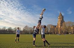 La Rugby School, fondée en 1567, est l'une des écoles privées les plus élitistes d'Angleterre. Près de 800 élèves, de 11 à 18 ans, y étudient et viventsur le campus. Les sports occupent une bonne place dans l'enseignement, maisaucunn'égale lerugby, qu'ici seulement on continue à appeler «football».