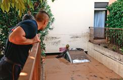 Un véhicule flotte à la sortie du parking souterrain inondé de Mandelieu-la-Napoule, où trois personnes ont péries noyées.
