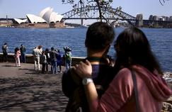 Des touristes devant l'opéra de Sydney. La quasi-totalité (98%) des expatriés français trouvent important de transmettre leur culture à leurs enfants.