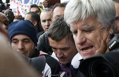 Xavier Broseta (DRH d'Air France) et Pierre Plissonnier (responsable de l'activité long courrier) durant les manifestations à l'issue du comité central d'entreprise lundi