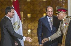 Manuel Valls s'apprêtant à serrer la main du ministre de la Défense égyptien, le général Sedki Sobhi, sous le regard du président Abdel Fattah al-Sissi, au moment de la signature du contrat de vente des Mistral.