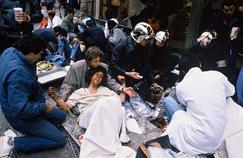 Kol * (au centre) a été grièvement touchée dans l'attentat de la rue de Rennes, devant le magasin Tati à Paris, qui a fait 7 morts et une cinquantaine de blessés, le 17 septembre 1986.