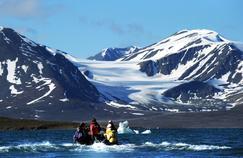 Au Spitzberg, l'exploration des grands glaciers révèle une fonte généralisée à grande vitesse. C'est le cas de l'ensemble des glaciers de la planète et de la calotte du Groenland. Cette réduction massive des réserves de glace s'accélère dangereusement, y compris en France, et entraîne une hausse du niveau des océans.
