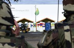 Des militaires sont positionnés aux abords du site du Bourget qui accueillera la conférence sur le climat, mercredi 25 novembre.