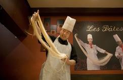 Aux Pâtes Vivantes, on peut admirer les cuisiniers en train de fabriquer et d'étirer les fameuses «pâtes vivantes», à déguster en soupe chaude ou en salade.