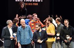 Benoît Collombat (à gauche) et Étienne Davodeau (deuxième à gauche), récompensés du prix du public pour Cher pays de notre enfance, aux côtés d'autres auteurs de bande dessinée lors de la cérémonie de clôture, dimanche à Angoulême.