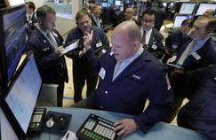 Des traders suivent la position du réseau social LinkedIn, en chute, vendredi, à la Bourse de New York.