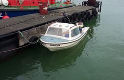 L'embarcation utilisée par les migrants pour tenter de traverser. La Manche est particulièrement dangereuse du fait des nombreux passages de bateau dans un couloir réduit.