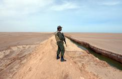 Un soldat tunisien en faction, le 6 février à Ras Jedir, sur la dune artificielle censée sécuriser la frontière avec la Libye.