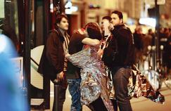 Des victimes de l'attaque terroriste au Bataclan sont évacués par les secours, le vendredi 13 novembre. FRANCOIS GUILLOT/AFP