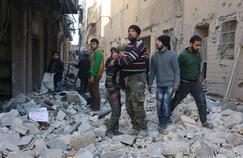 Les rebelles syriens constatent les dégâts après un raid aérien sur Alep.