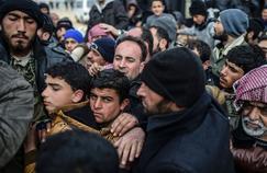 Samedi, dans un camp de déplacés à Azaz, dans le nord de la Syrie, une distribution de tentes par une ONG turque a provoqué des bousculades parmi les réfugiés qui ont fui les combats d'Alep.