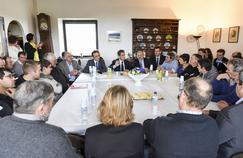 Nicolas Sarkozy en présence d'une quinzaine d'agriculteurs à Vaysse-Rodier dans l'Aveyron, lundi.